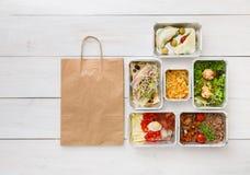 L'alimento sano porta via in scatole, vista superiore a legno Immagini Stock