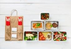L'alimento sano porta via in scatole, vista superiore a legno Immagini Stock Libere da Diritti