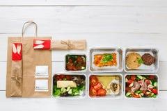L'alimento sano porta via in scatole, vista superiore a legno Immagine Stock
