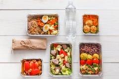 L'alimento sano porta via in scatole, vista superiore a legno Fotografie Stock