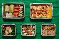 L'alimento sano porta via in scatole, vista superiore a legno verde Fotografia Stock Libera da Diritti