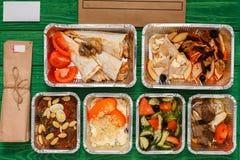L'alimento sano porta via in scatole, vista superiore a legno verde Fotografie Stock Libere da Diritti