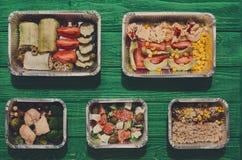 L'alimento sano porta via in scatole, vista superiore a legno verde Immagini Stock Libere da Diritti