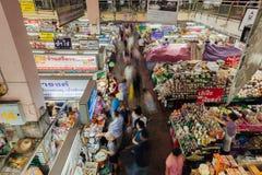 L'alimento si blocca al mercato di Warorot, Chiang Mai, Tailandia Fotografia Stock