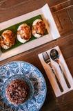 L'alimento tailandese sulla tavola di cena, Deep fried ha farcito il granchio e il blac tailandese fotografia stock libera da diritti