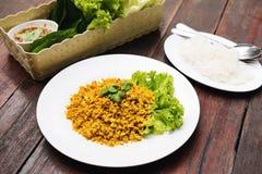 L'alimento tailandese tradizionale, pesce ha fritto con i servire dell'erba della curcuma con la verdura fresca, la tagliatella d Fotografie Stock