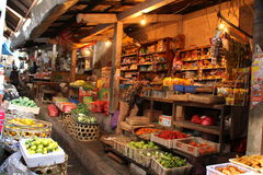 L'alimento tradizionale si blocca al mercato d'espansione di Klungkung Fotografia Stock Libera da Diritti
