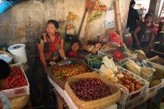 L'alimento tradizionale si blocca al mercato d'espansione di Klungkung Fotografia Stock