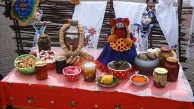 L'alimento tradizionale sul martedì grasso, matryoshka, inceppamento, bagel archivi video