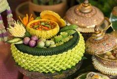 L'alimento tradizionale tailandese, salsa saporita della pasta del gamberetto nella ciotola scolpita della zucca con la verdura t immagine stock libera da diritti