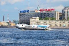 L'aliscafo è sul fiume di Neva sui precedenti dell'hotel St Petersburg St Petersburg immagini stock libere da diritti