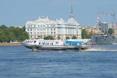 L'aliscafo contro la costruzione del giorno soleggiato della scuola navale di Nakhimov a luglio St Petersburg, Russia Immagine Stock Libera da Diritti