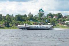 L'aliscafo Meteor-218 è sul fiume Volga sui precedenti della cattedrale di resurrezione immagine stock