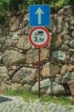 L'all?e avec le mur en pierre et le POIDS LIMITENT EN AVANT le poteau de signalisation photos stock