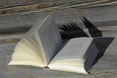 L'Allemagne, Ammersee, livre ouvert sur la loge en bois Images stock