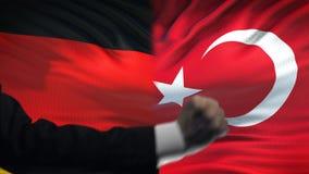 L'Allemagne contre le désaccord de pays de confrontation de la Turquie, poings sur le fond de drapeau banque de vidéos