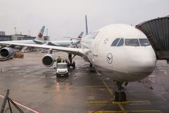 L'Allemagne, Francfort - 12 janvier 2014 Atterrissage des avions de Lufthansa Images stock