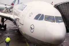L'Allemagne, Francfort - 12 janvier 2014 Atterrissage des avions de Lufthansa Image libre de droits