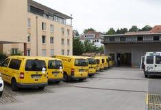 L'ALLEMAGNE - 30 mai 2012 : Voitures de courrier au sujet de bureau de poste dans la petite ville de la Bavière Images libres de droits