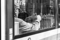 L'Allemagne, Munich, le 25 mars 2017, un homme plus âgé de Turc lit un journal turc appelé le sonu de hafta dans une tramway à Mu Photos libres de droits