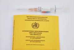 l'Allemand délivre un certificat la vaccination Images libres de droits