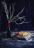 L'Allemand doux stollen sur une table avec des décorations d'hiver Photos libres de droits