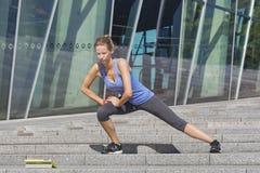 L'allenamento all'aperto della donna con il app Fotografie Stock Libere da Diritti