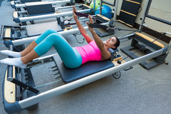 L'allenamento del riformatore di Pilates esercita la donna Immagini Stock Libere da Diritti