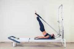 L'allenamento del riformatore di Pilates esercita la donna castana Fotografia Stock Libera da Diritti
