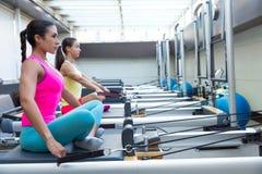 L'allenamento del riformatore di Pilates esercita le donne Fotografia Stock