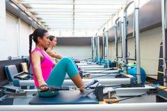 L'allenamento del riformatore di Pilates esercita le donne Immagine Stock Libera da Diritti