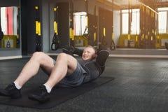 L'allenamento di forma fisica del giovane, addominali sgranocchia per l'ABS Immagine Stock
