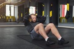 L'allenamento di forma fisica del giovane, addominali sgranocchia per l'ABS Fotografia Stock
