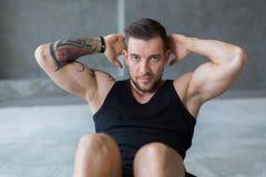 L'allenamento di forma fisica del giovane, addominali sgranocchia per l'ABS Fotografie Stock