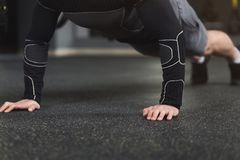 L'allenamento di forma fisica del giovane, spinge aumenta o plancia Fotografie Stock