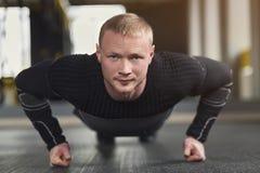 L'allenamento di forma fisica del giovane, spinge aumenta o plancia Immagini Stock