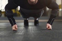 L'allenamento di forma fisica del giovane, spinge aumenta o plancia Fotografie Stock Libere da Diritti