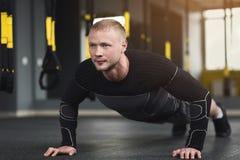 L'allenamento di forma fisica del giovane, spinge aumenta o plancia Immagine Stock Libera da Diritti
