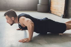 L'allenamento di forma fisica del giovane, spinge aumenta o plancia Fotografia Stock