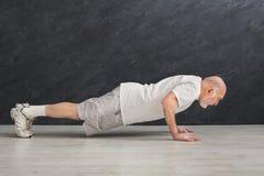 L'allenamento di forma fisica dell'uomo senior, spinge aumenta o plancia Immagine Stock Libera da Diritti