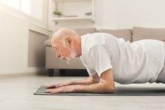 L'allenamento di forma fisica dell'uomo senior, spinge aumenta o plancia Fotografie Stock Libere da Diritti