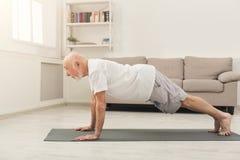 L'allenamento di forma fisica dell'uomo senior, spinge aumenta o plancia Fotografia Stock Libera da Diritti