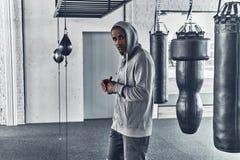 L'allenamento lungo è più Giovane uomo africano stanco in abbigliamento di sport Fotografia Stock Libera da Diritti