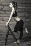 L'allenamento si esercita a casa per perdere il peso Addestramento della donna Fotografia Stock