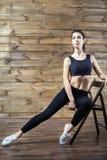 L'allenamento si esercita a casa per perdere il peso Addestramento della donna Immagini Stock Libere da Diritti