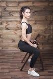 L'allenamento si esercita a casa per perdere il peso Addestramento della donna Fotografie Stock