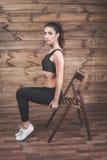 L'allenamento si esercita a casa per perdere il peso Addestramento della donna Fotografie Stock Libere da Diritti