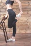 L'allenamento si esercita a casa per perdere il peso Addestramento della donna Fotografia Stock Libera da Diritti