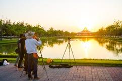 L'allerta famosa per il turista che ama prendere una foto di costruzione iconica allo stagno del parco di Suan Luang Rama IX Fotografie Stock Libere da Diritti