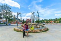 L'allevamento di pecore svizzero in cui è il più grande stile del parco di divertimento e dell'allevamento di pecore a Pattaya Immagine Stock Libera da Diritti